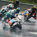 🇪🇸 El pasado domingo vivimos la primera carrera del FIM CEV Repsol en el Circuito do Estoril F1. Una jornada larga donde los pilotos de #Moto3 y #ETC, Jason Dupasquier y Bryan Dupasquier confirmaban las sensaciones positivas en lluvia en el Warm Up.